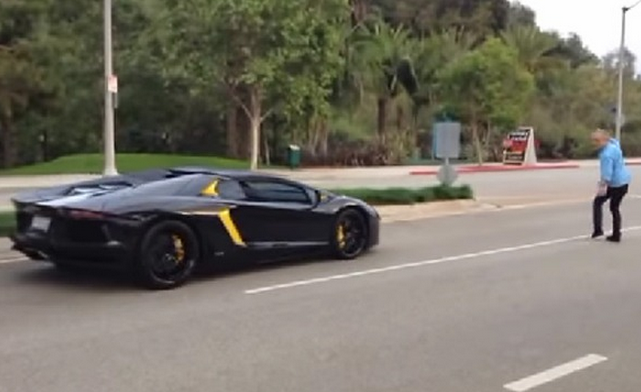 guy-throws-rock-at-Lamborghini-Aventador